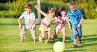 szabadban jatszo gyerekek