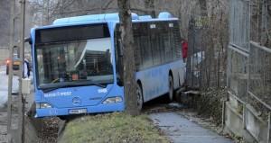 A gyalogjárdára gurult egy BKV-busz