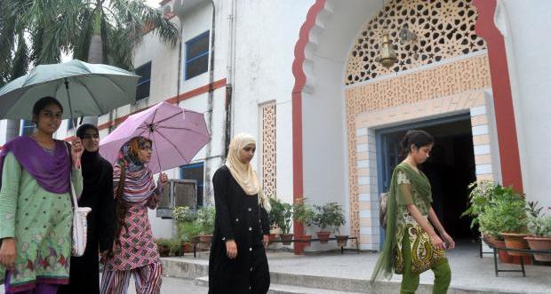 indiai nők könyvtárba