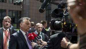 Brüsszel, 2015. június 25. A Miniszterelnöki Sajtóiroda által közreadott képen Orbán Viktor miniszterelnök (b2) nyilatkozik a sajtónak az Európai Unió brüsszeli csúcstalálkozójának elsõ napi ülése elõtt 2015. június 25-én. Balról Györkös Péter nagykövet, Magyarország Európai Unió melletti állandó képviseletének vezetõje. MTI Fotó: Miniszterelnöki Sajtóiroda/Burger Barna