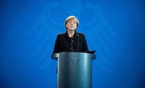 Berlin, 2015. november 14. Angela Merkel német kancellár mély megrendülését fejezi ki Berlinben 2015. november 14-én hajnalban a Párizsban elõzõ este végrehajtott támadások miatt. A francia fõvárosban késõ este összehangoltan több merényletet követtek el, a támadásoknak legkevesebb 127 halálos áldozata van. Nyolc terrorista halt meg, közülük heten felrobbantották magukat. (MTI/EPA/Kay Nietfeld)