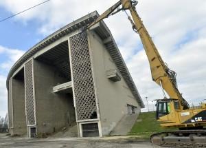 Budapest, 2016. március 21. Bontják a budapesti Puskás Ferenc Stadiont 2016. március 21-én. A tervek szerint nyolc hónapig tart az 1953-ban átadott stadion bontása. Az új aréna építése decemberben kezdõdhet el és 2019-ben fejezõdik be. MTI Fotó: Máthé Zoltán