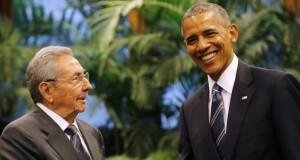 Havanna, 2016. március 21. Raúl Castro kubai elnök (b) és Barack Obama amerikai elnök kezet fog a havannai Forradalmi Palotában 2016. március 21-én. Obama elõzõ nap érkezett háromnapos látogatásra Kubába. Nyolcvannyolc év után Obama az elsõ amerikai elnök, aki látogatást tesz a karibi szigetországban. (MTI/AP/Ismael Francisco)
