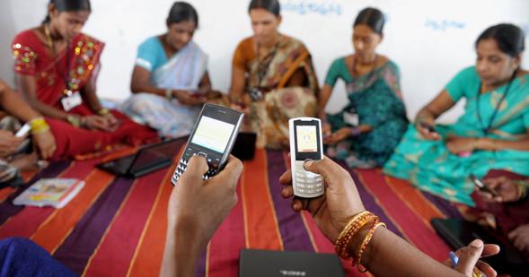 indiai nők mobiltelefon