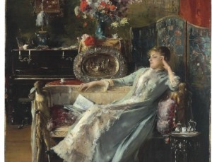 szofán ülő nő