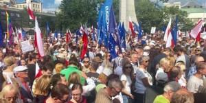 lengyel tüntetés bíróságok