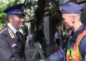 kerékpárost mentő rendőr