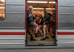 nadrág nélküli metrozás