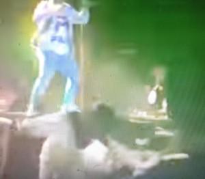 színpadról beesett énekes