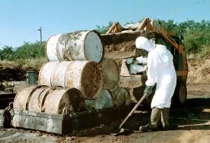 Garé, 2001. szeptember 28.  Az utolsó hordókat is kiemelték a föld alól a garéi veszélyes hulladéklerakóban, ahol 1999 óta közel hatvanötezer tetraklórbenzollal teli hordó ártalmatlanítását fejezték be. A képen: az utolsó földbõl kiemelt hat hordó a garéi telepen.  MTI Fotó: Kálmándy Ferenc